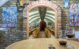 Fotografie posezení v radničním sklepě Slovácké galerie vín v Kyjově